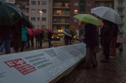 Pannelli informativi accanto al bassorilievo monumentale in piazza del Tribunale a Bolzano, Foto LPA-Oskar Verant