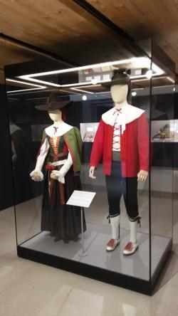 Trachtenmuseum. Trachten aus dem 18. Jahrhundert. Foto Museumsverein Kastelruth