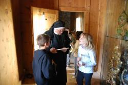 Prioress Domenica with children in the museum, Foto Larcher Elke